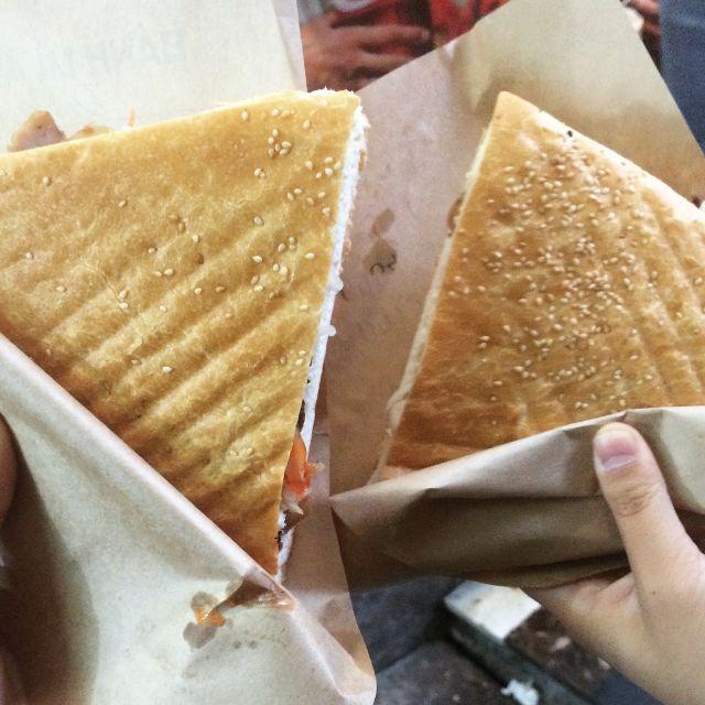 Khuôn cắt bánh mì tam giác giúp thao tác cắt bánh nhanh, gọn, thẩm mỹ