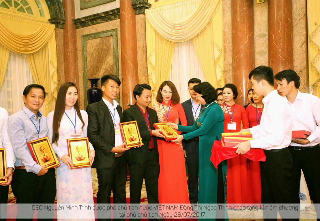 Phó chủ tịch nước trao tặng kỷ niệm chương
